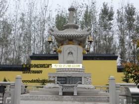 峨眉山的佛塔石雕等建筑古朴典雅