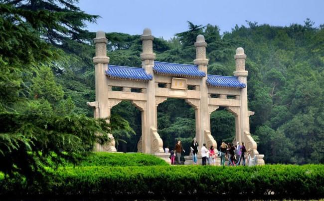 南京中山陵大门石牌坊为什么柱子长短不一样