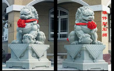 雄伟型的石雕狮子