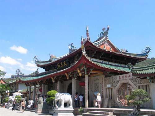 寺院门前的石雕大象