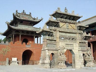 关帝庙前的石牌坊,是为纪念关羽而建造的。