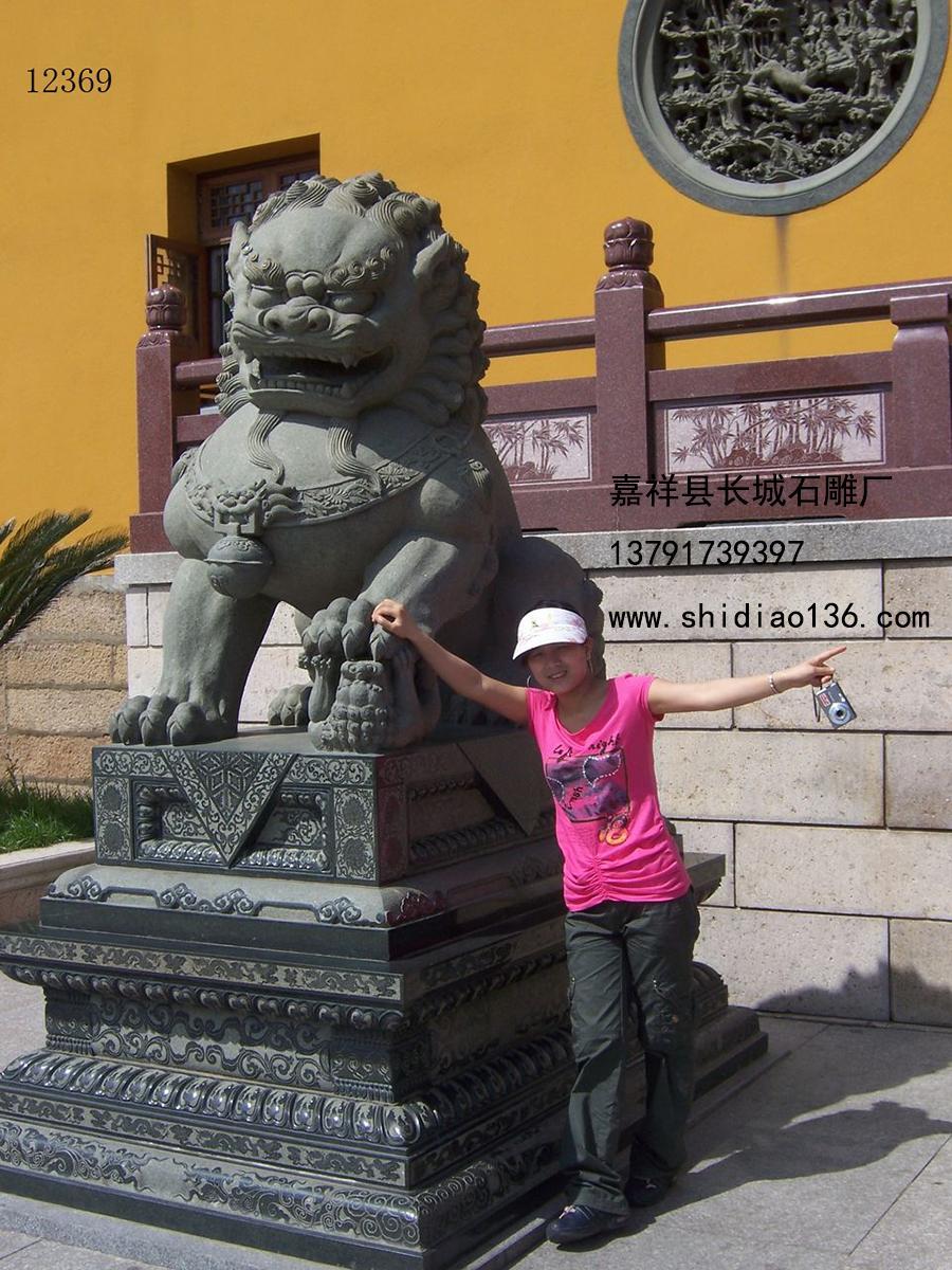寺院山门前的石雕狮子