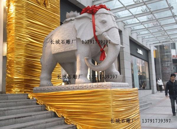 安装在酒店门口的石雕大象