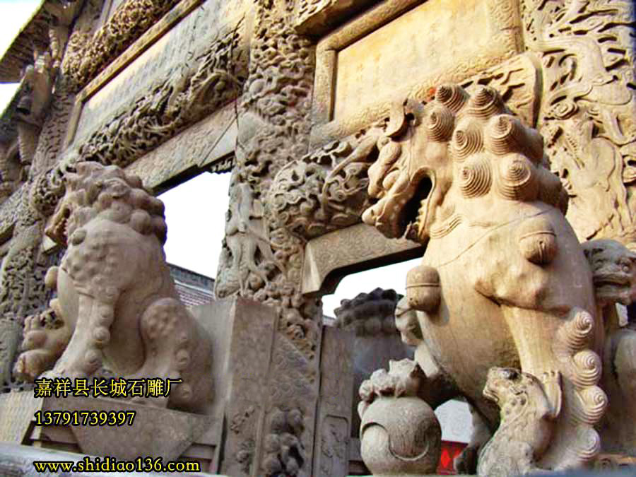 牌坊上的石雕狮子抱鼓石