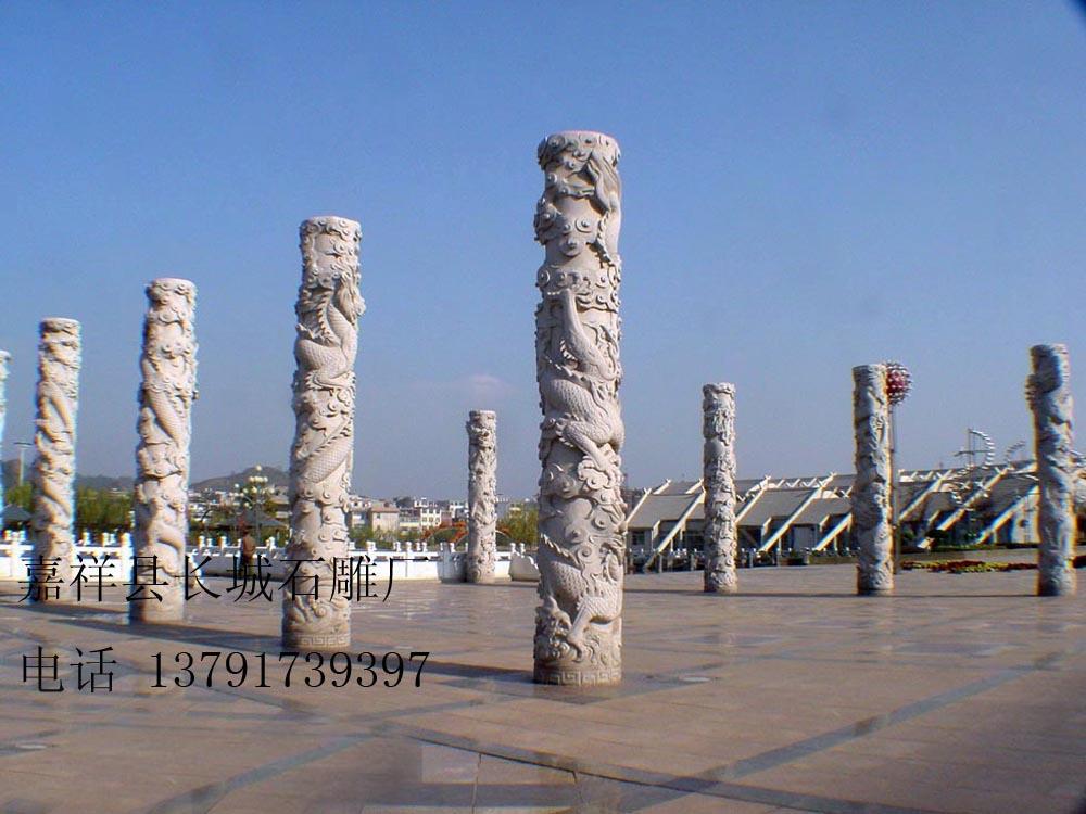 石雕文化柱-龙柱在广场上的摆放效果