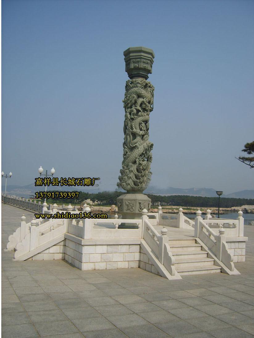 这根石雕龙柱采用优质的绿砂岩雕刻而成,显得十分的大气