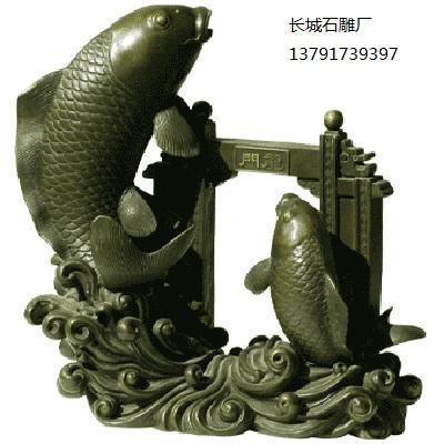 """石雕鱼为观赏鱼,改善环境、风水,期待改善财运,同时因""""金鱼""""与""""金玉""""谐音,形成了""""金玉满堂""""的吉祥图案。"""
