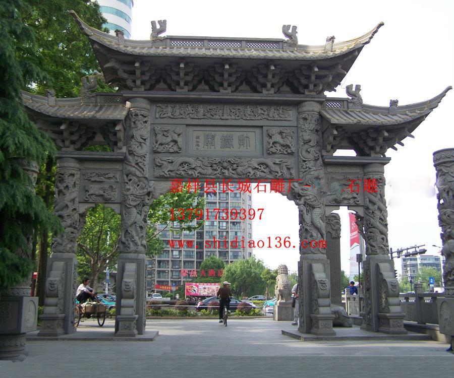 八仙浮雕图案雕刻在了石雕牌坊上
