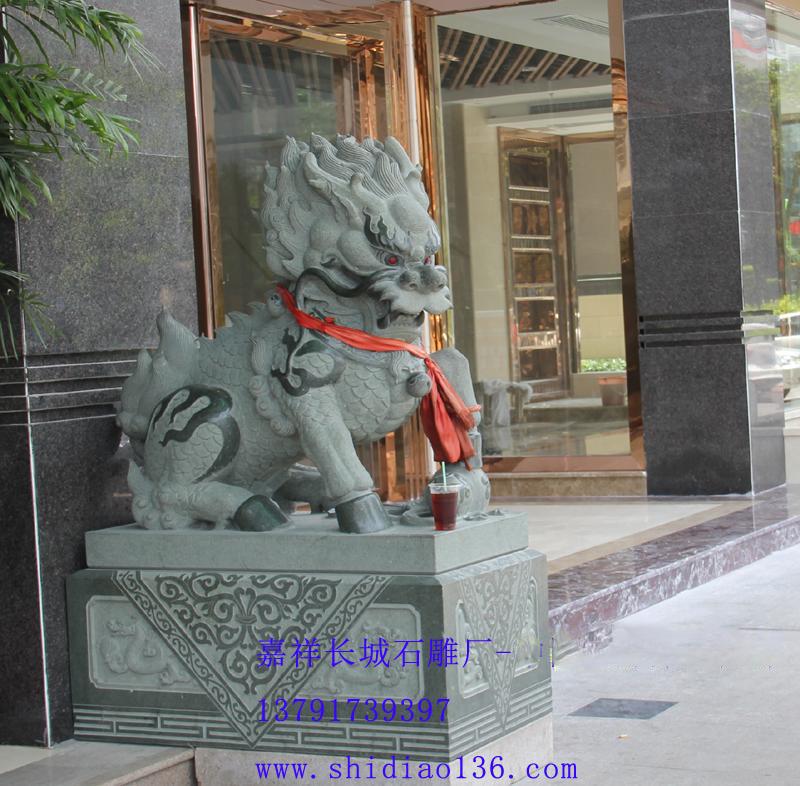 安装在泉州铂金酒店门口的石雕麒麟