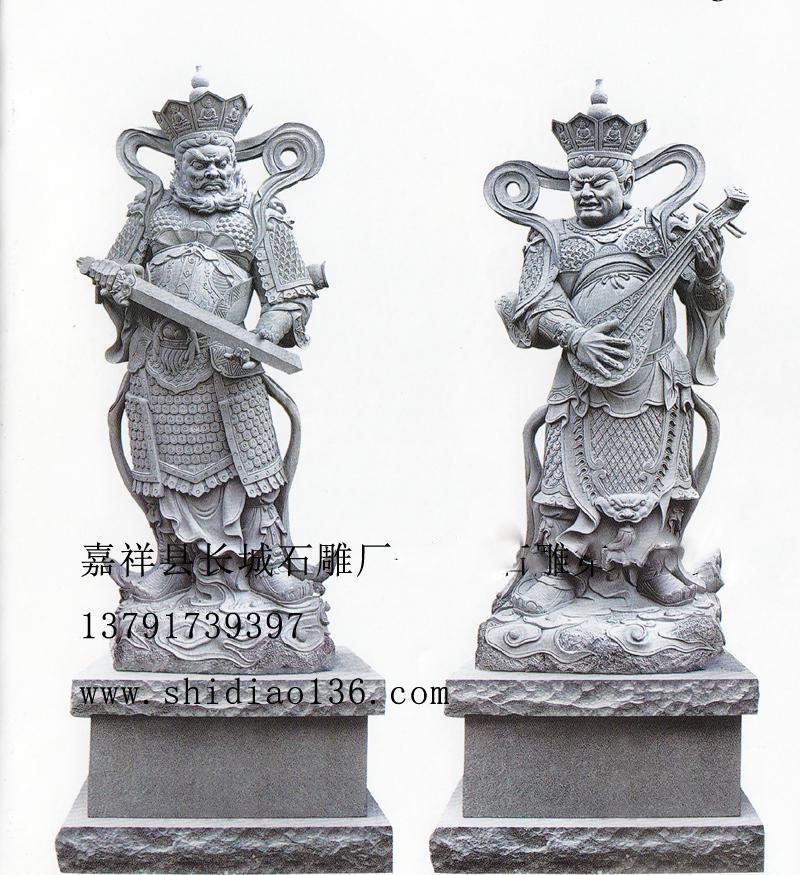除了以上手法表现四大天王不同精神面貌外,四大天王雕刻的时候,还分别通过四大天王手里拿着不同的道具来表现,因为道具也是石雕的基本表现手法之一。