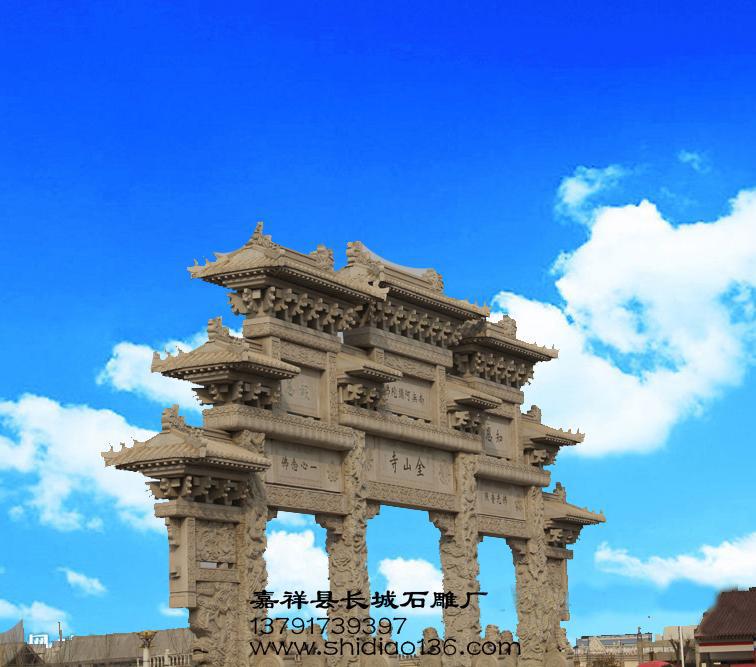 牌坊为四柱三间三楼仿木结构建筑,琉璃瓦,立柱底部四周裹有抱鼓石