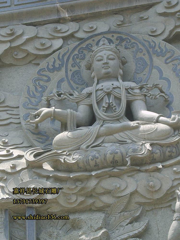雕刻在壁画上的石雕佛像。